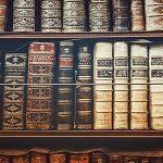 Etagère de livres contentant l'histoire de l'humanité.